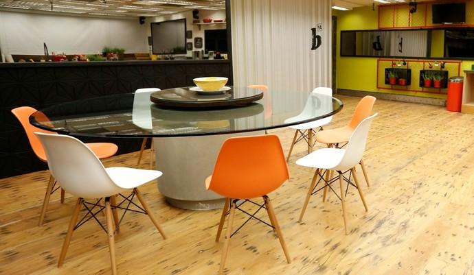 Cadeiras DSW em polipropileno e pés madeira.